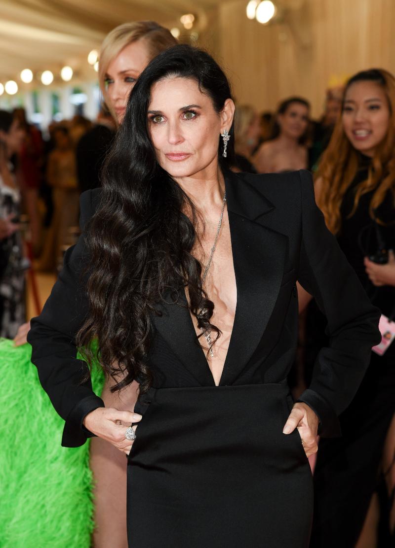 Η Ντέμι Μουρ με μαύρο φόρεμα