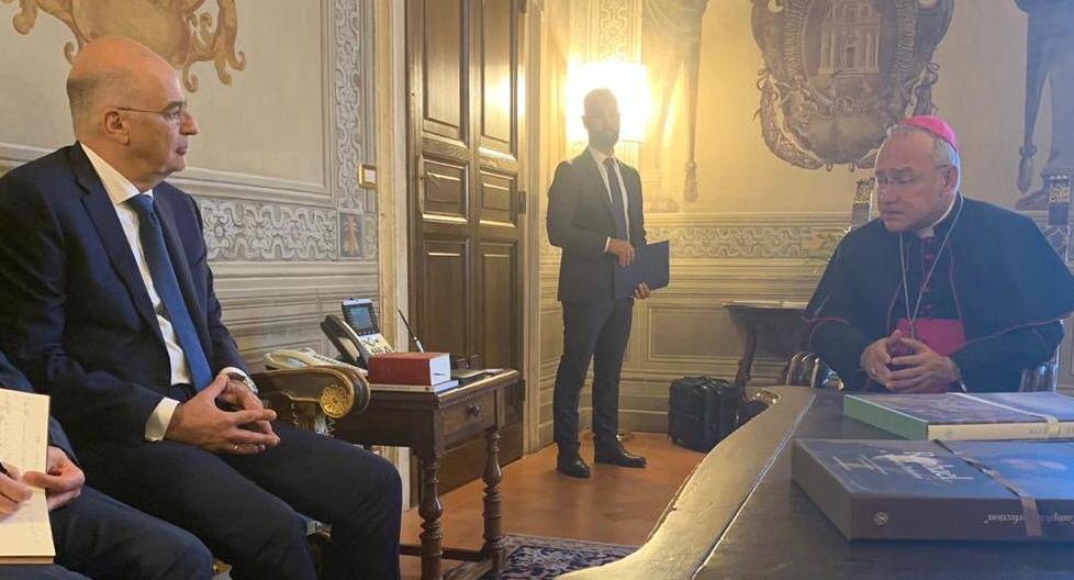 Ο Νίκος Δένδιας με τον αναπληρωτή πρωθυπουργό του Βατικανού
