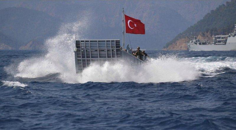 Ενα αποβατικό της Τουρκίας λίγο προτού πιάσει στη στεριά