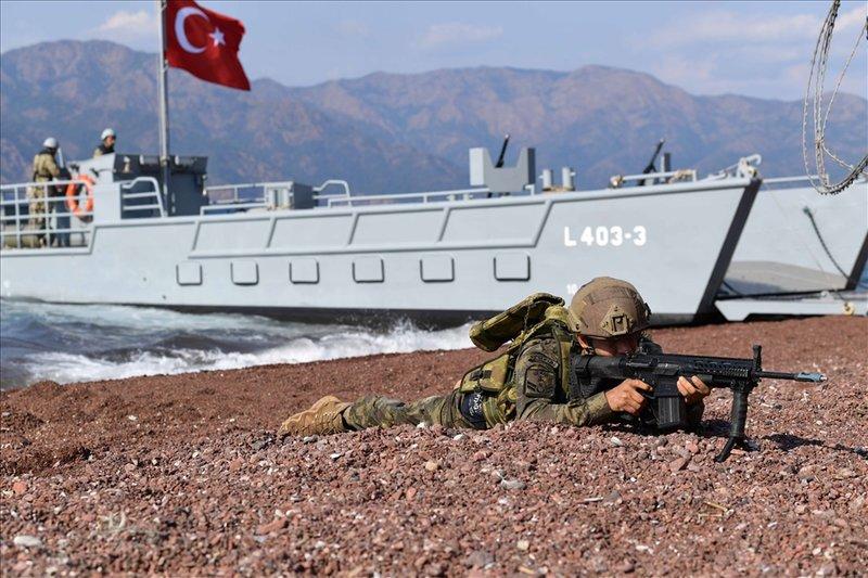 Τούρκος κομάντο σκοπεύει με το όπλο του
