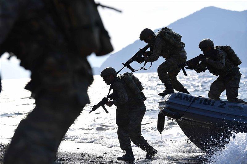 Τούρκοι κομάντος αποβιβάζονται από φουσκωτό με τα όπλα στα χέρια