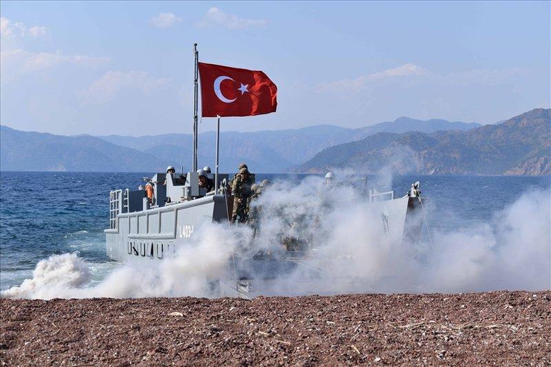 Καπνογόνα μπροστά από αποβατικό σκάφος της Τουρκίας