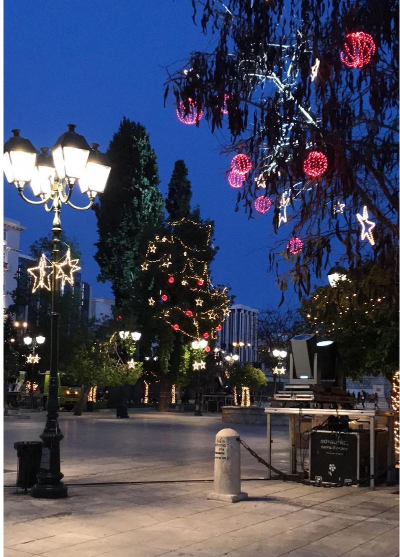 Κόκκινες μπάλες από φωτάκια και λευκά αστέρια στολίζουν τα δέντρα της πλατείας Συντάγματος