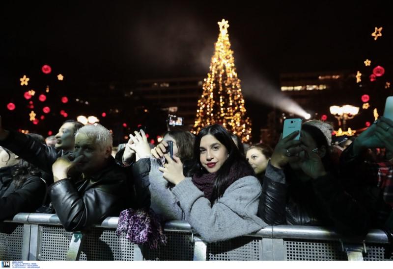Το φωτισμένο δέντρο στην πλατεία Συντάγματος έγινε ήδη viral