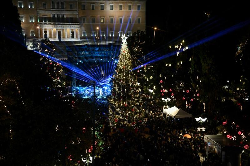 Θέαμα και φαντασμαγορία στην πλατεία Συντάγματος στη φωταγώγηση του δέντρου