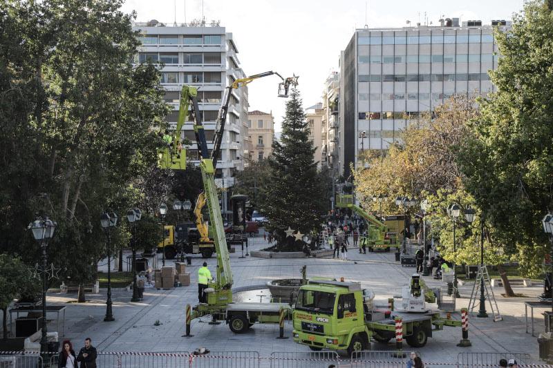 Τοποθετήθηκε το δέντρο ύψους 17μ. στην πλατεία Συντάγματος