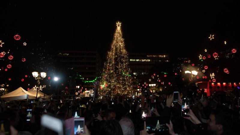 Το Χριστουγεννιάτικο Δέντρο και το περίπτερο της Coca-Cola στην Πλατεία Συντάγματος