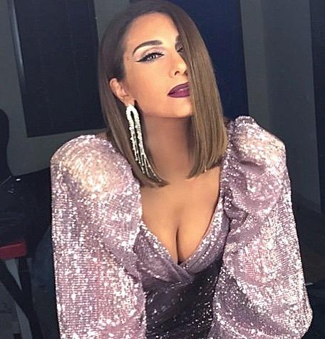 Η Δέσποινα Βανδή στο καμαρίνι του X-Factor με νέο χτένισμα και σέξι ντεκολτέ