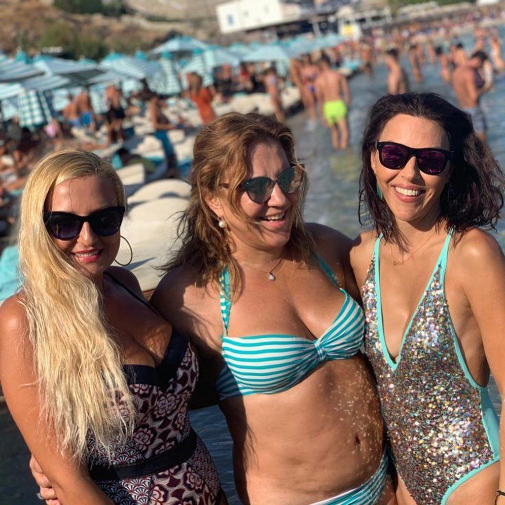 Η Δέσποινα Μοιραράκη με μπικίνι, χαμογελαστή, παρέα με τις φίλες