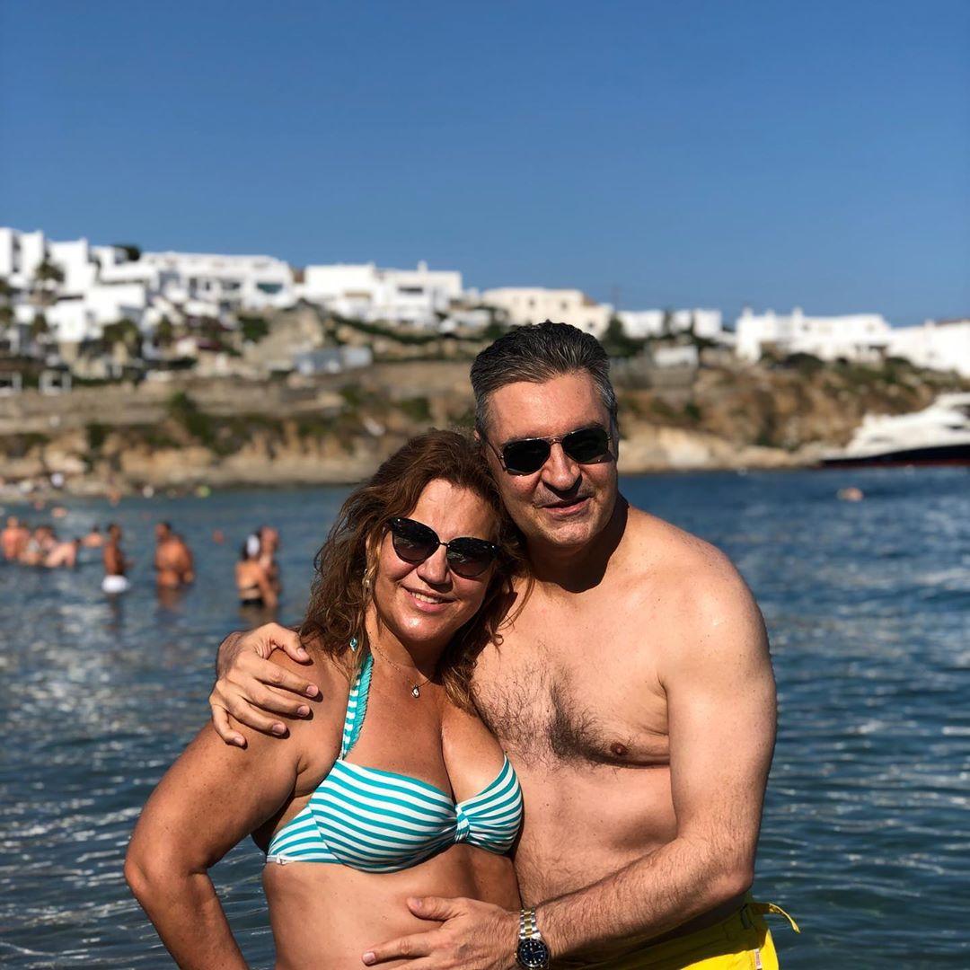 Η Δέσποινα Μοιραράκη πανευτυχής στο πλευρό του συζύγου της.