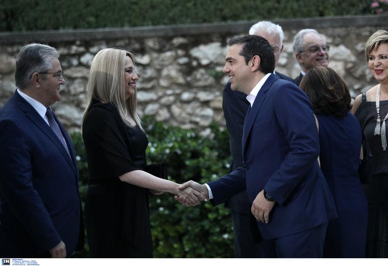 Ο Αλέξης Τσίπρας χαιρετά την Φώφη Γεννηματά