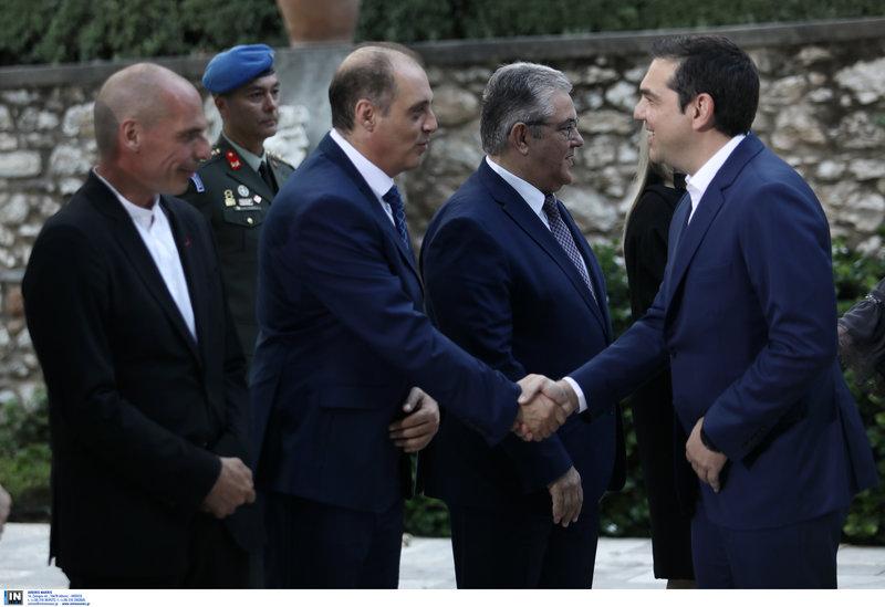 Ο Αλέξης Τσίπρας χαιρετά τον Κυριάκο Βελόπουλο