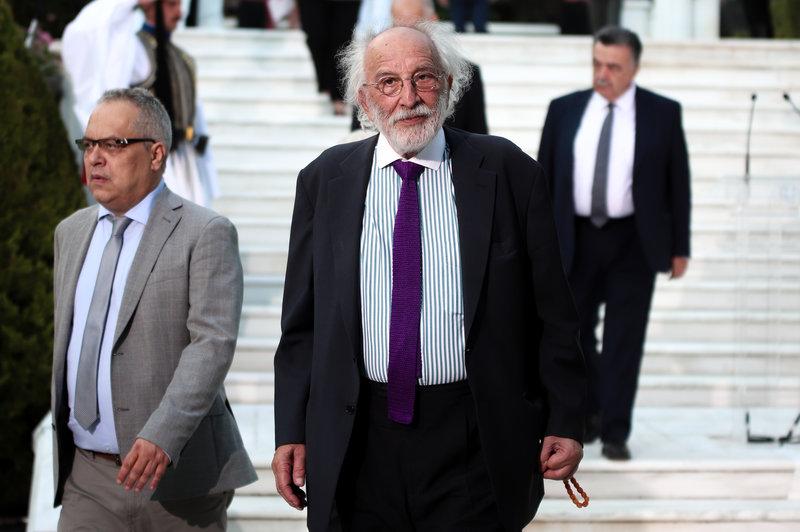 Ο Αλέξανδρος Λυκουρέζος προσέρχεται στο Προεδρικό μέγαρο -