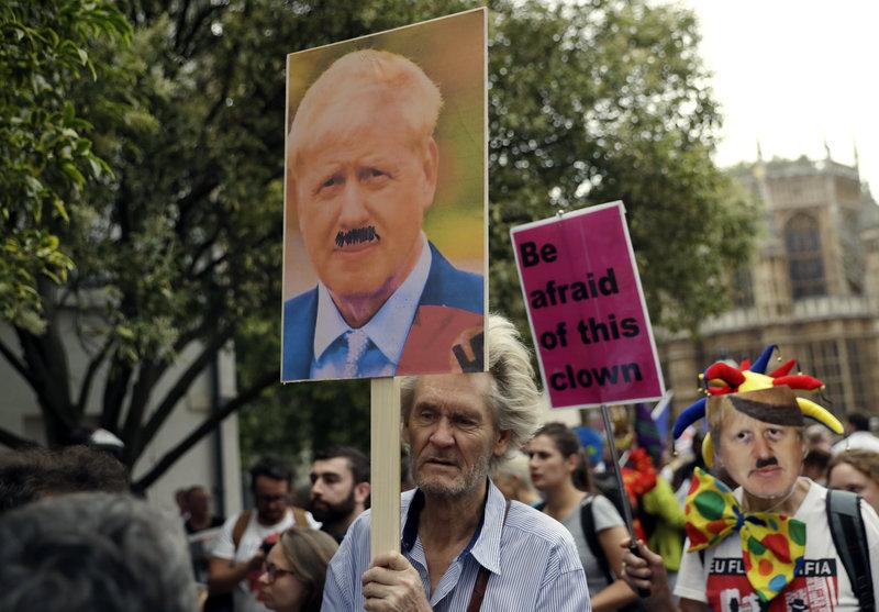 Πλακάτ με τον Μπόρις Τζόνσον σε διαδήλωση