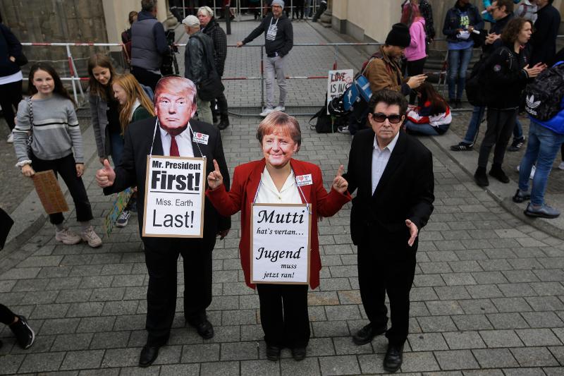Διαδηλωτές μεταμφιέστηκαν σε Ντόναλντ Τραμπ και Άνγκελα Μέρκελ / Φωτογραφία: AP