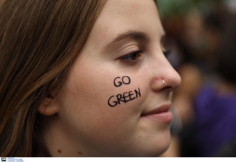 Εμπρός πράσινα γράφει στο μάγουλό της η μαθήτρια