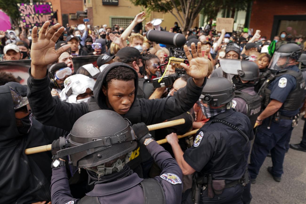 Αστυνομικοί σταματούν διαδηλωτές