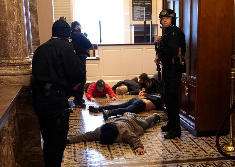Διαδηλωτές στο έδαφος