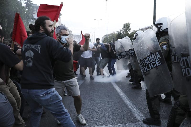 Επεισόδια μεταξύ διαδηλωτών και ΜΑΤ, δακρυγόνα