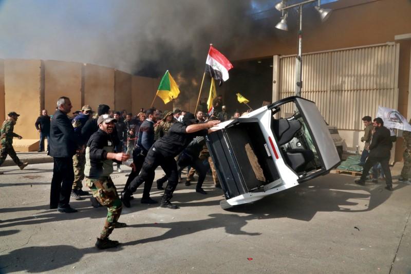 Διαδηλωτές τουμπάρουν αυτοκίνητο