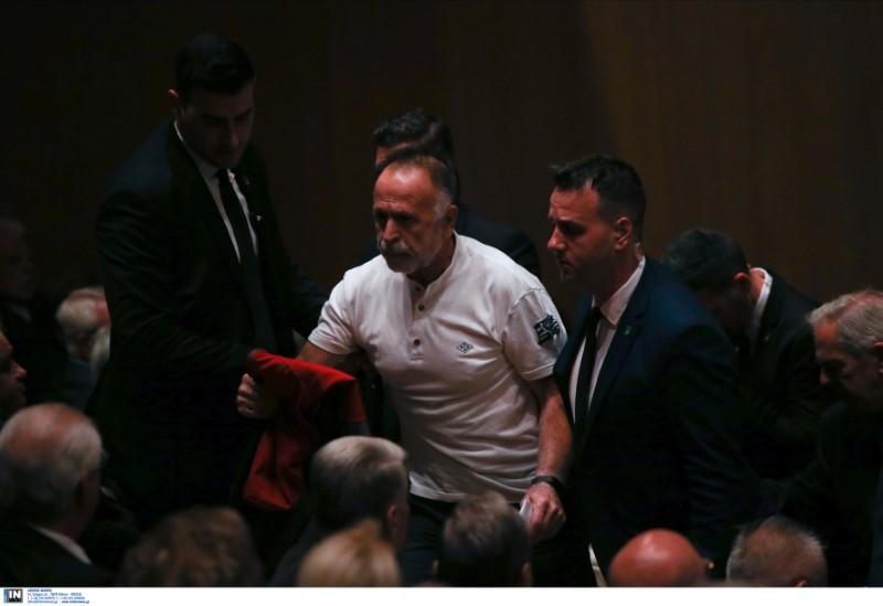 Ο άνδρας οδηγήθηκε εκτός αιθούσης από άνδρες της ασφάλειας -