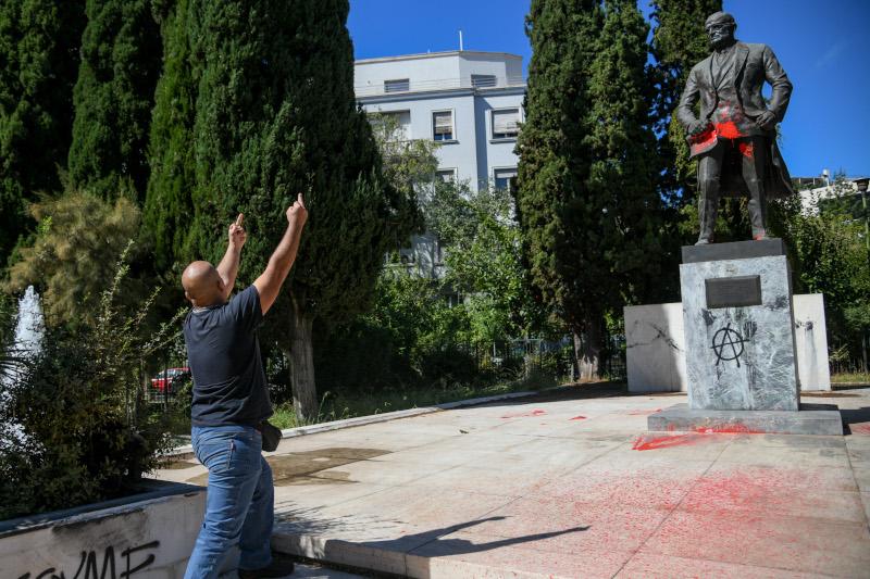 Διαδηλωτές κάνει χειρονομίες στο άγαλμα του Τρούμαν
