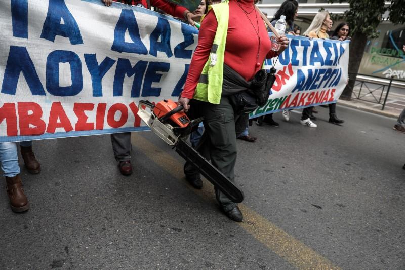 Διαδηλώτρια με αλυσοπρίονο