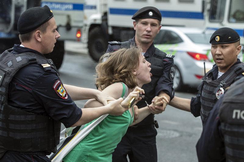 Διαδηλώτρια φωνάζει