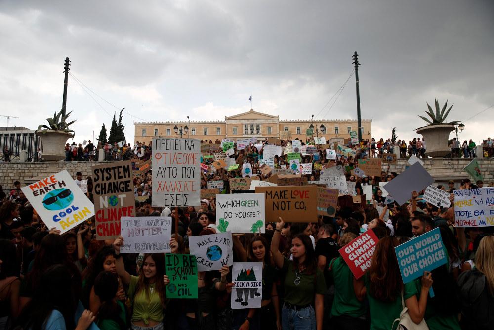 Μαθητές στην Ελλάδα διαδηλώνουν μπροστά στη Βουλή για την κλιματική αλλαγή