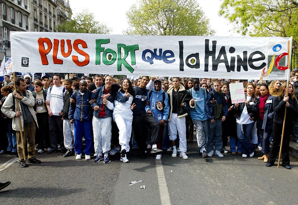 Η πρόκριση του Ζαν Μαρί Λε Πεν στον β' γύρο των εκλογών θα βγάλει χιλιάδες Γάλλους στους δρόμους