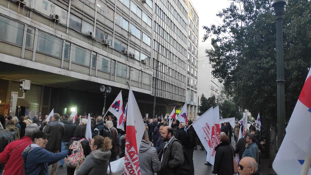 Δεκάδες διαδηλωτές με σημαίες του ΠΑΜΕ έξω από το υπουργείο Εργασίας