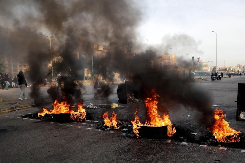 Διαδηλωτές έβαλαν φωτιές σε κάδους σε κεντρικούς δρόμους στο Λίβανο