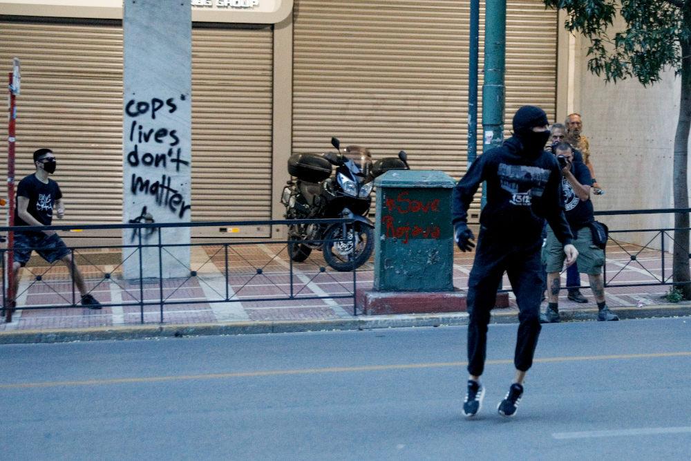 Διαδηλωτής με μάσκα και κουκούλα στο κέντρο της Αθήνας