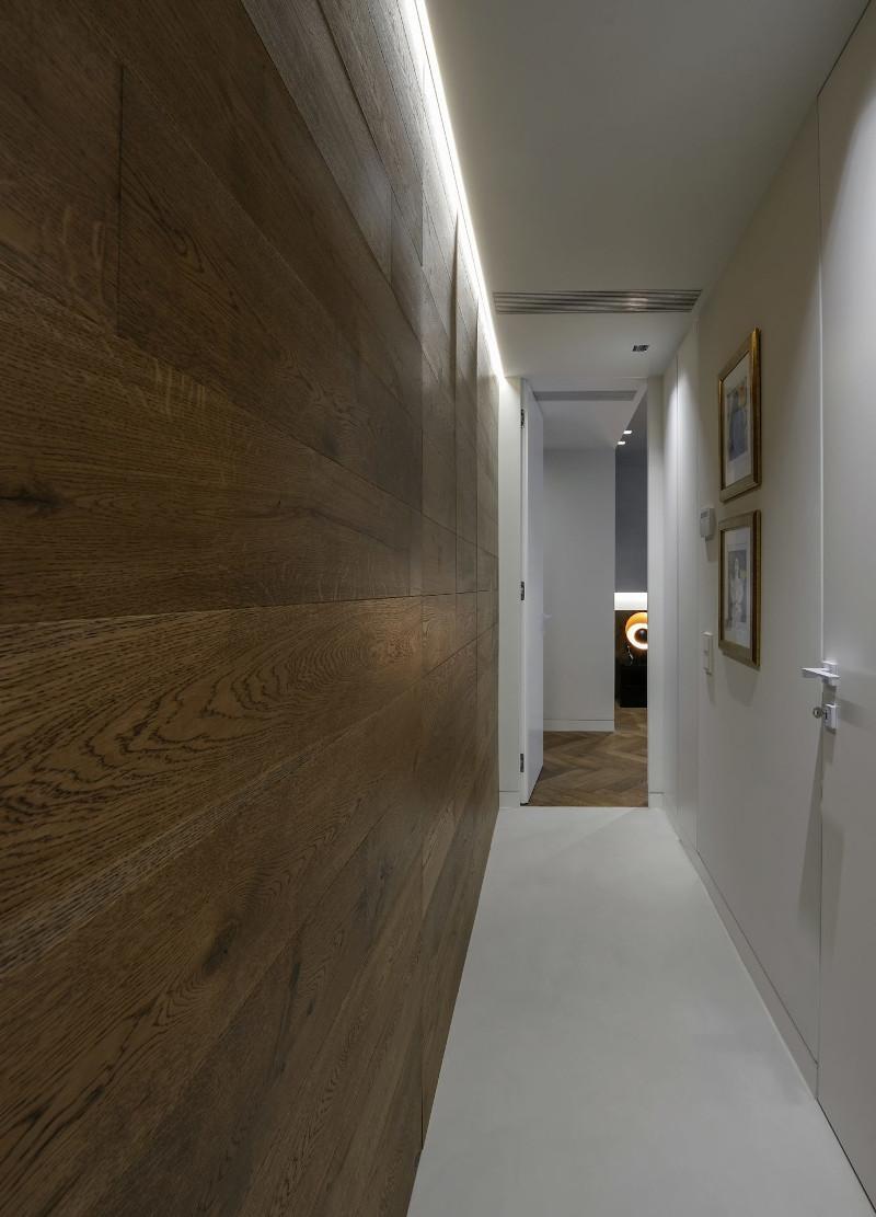 Διάδρομος με ξύλινη επιφάνεια στο πλάι