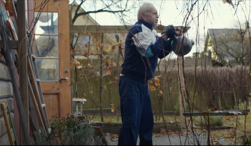 Ο παππούς γυμνάζεται καθημερινά με μία βαρά μεταλλική μπάλα