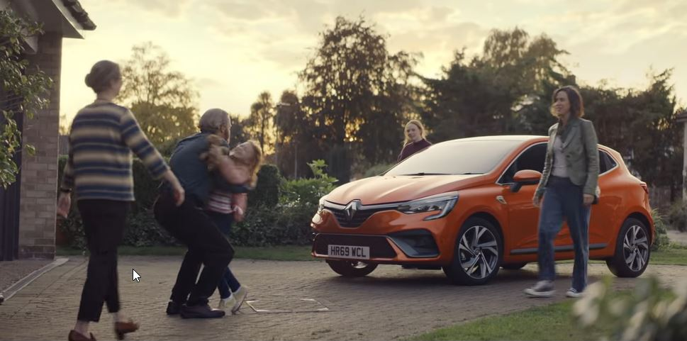 Η διαφήμιση κλείνει με τις δύο γυναίκες να επισκέπτονται τους γονείς τους, με το νέο Renault Clio