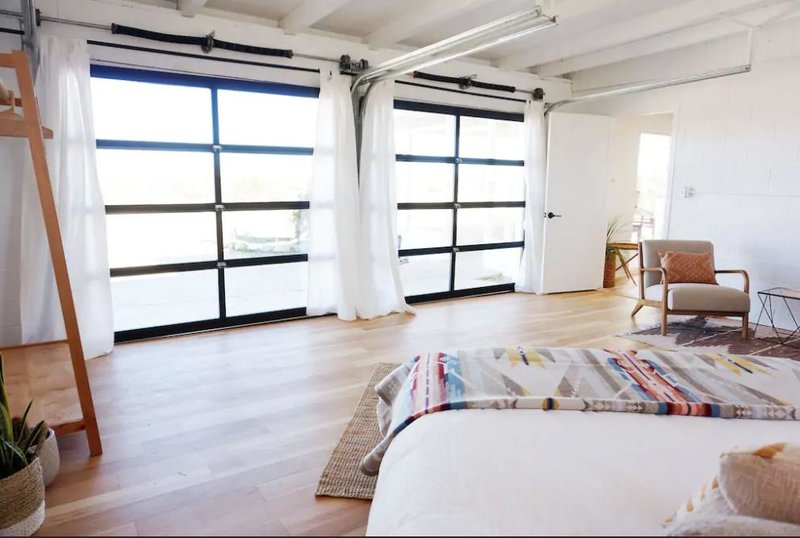 Μεγάλα παράθυρα με λευκές κουρτίνες