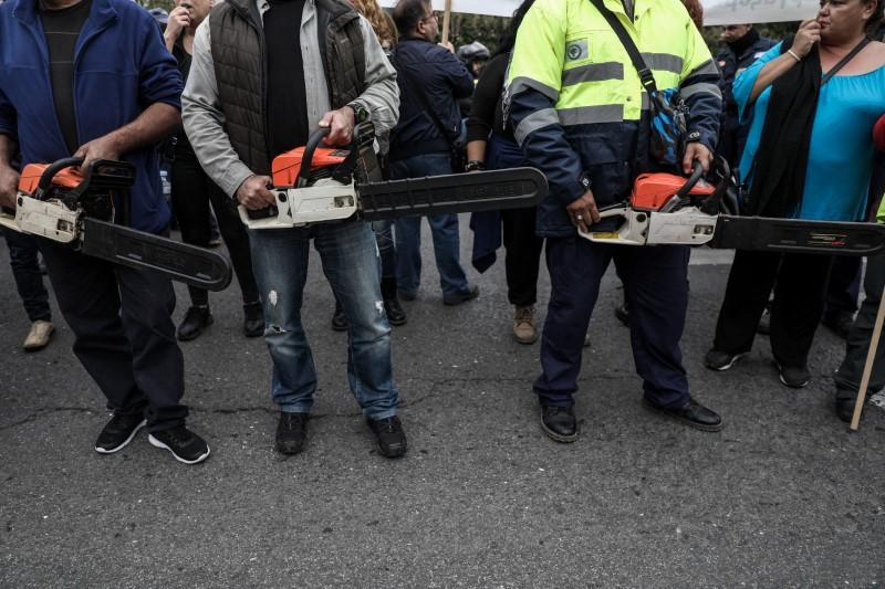 Διαδηλωτές με αλυσοπρίονα
