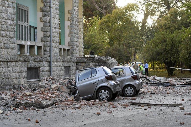 Διαλυμένα αυτοκίνητα από τον σεισμό στην Αλβανία