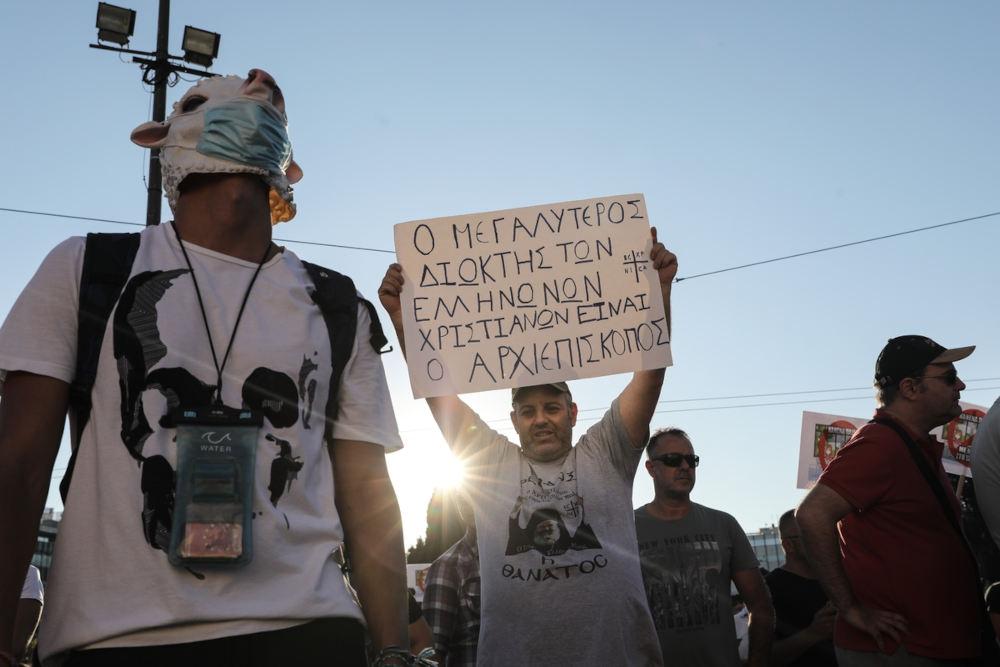 Μάσκες προβάτων και πλακάτ με διάφορα συνθήματα στην επίδειξη / Φωτογραφία: Γιώργος Βιτσαράς / SOOC