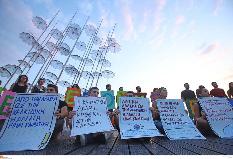 Πλακάτ διαμαρτυρίας για την κακοκαιρία στη Χαλκιδική
