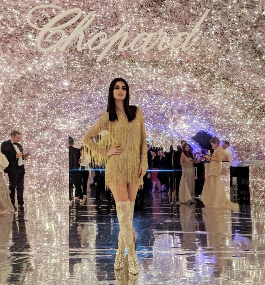 Η Νταϊάνα Πέντυ με χρυσό φόρεμα της Σίλιας Κιρθαριώτη