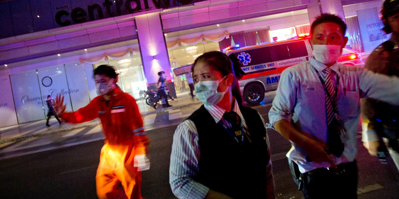 ιασώστες και προσωπικό του εμπορικού κέντρου προσπαθούν να καθοδηγήσουν τον κόσμο