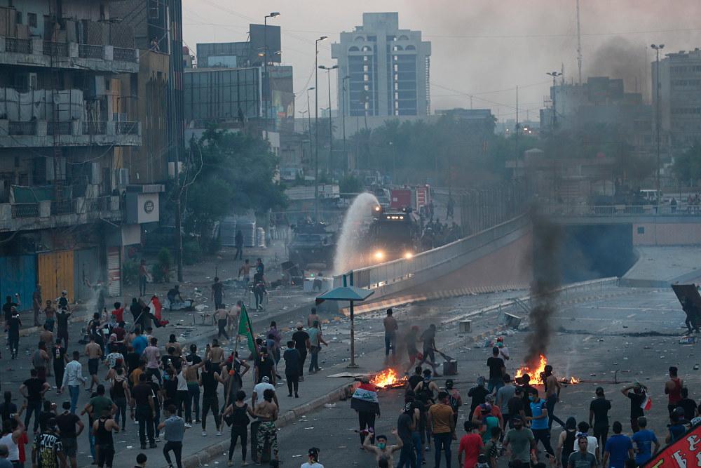 Όχημα ρίχνει νερό ενάντια στους διαδηλωτές στην Βαγδάτη