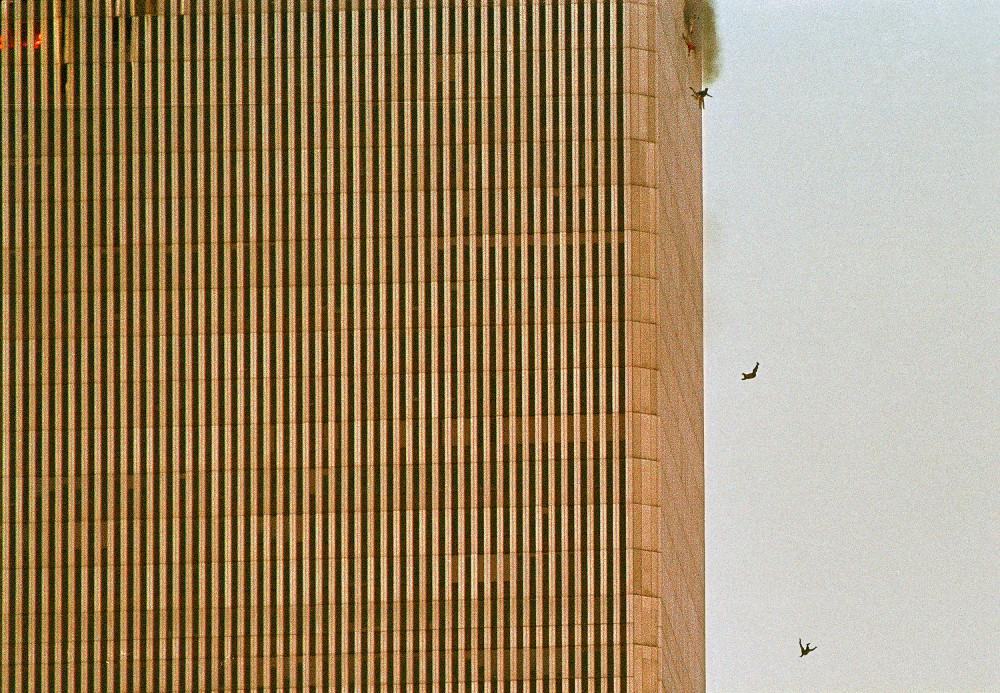 Ανθρωποι βουτου στο κενό από τους Δίδυμους Πύργους