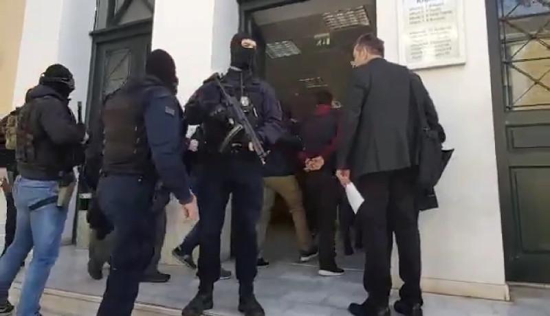Αστυνομία έξω από τα δικαστήρια