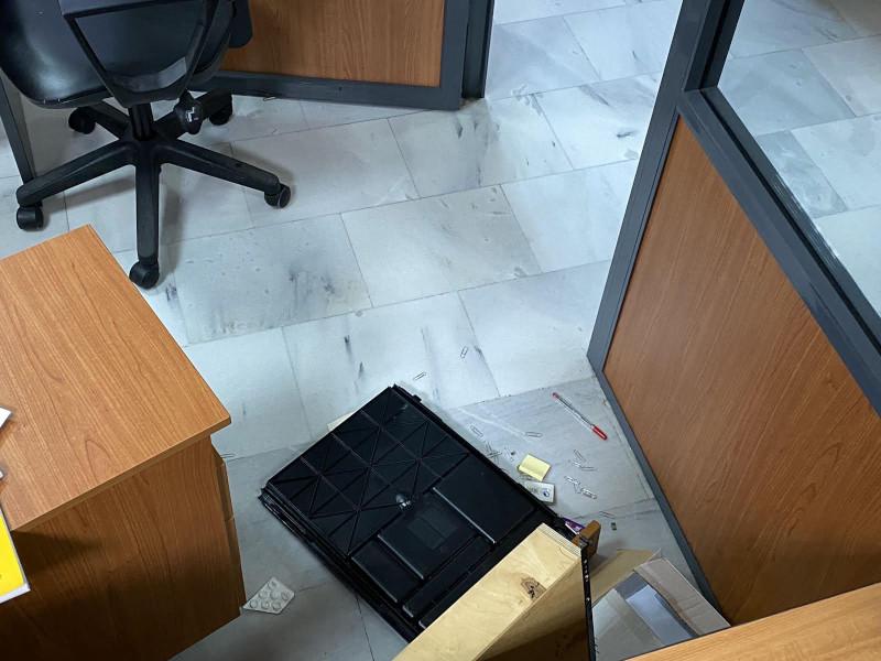Συρτάρια στο πάτωμα και ζημιές στο δημαρχείο Αχαρνών