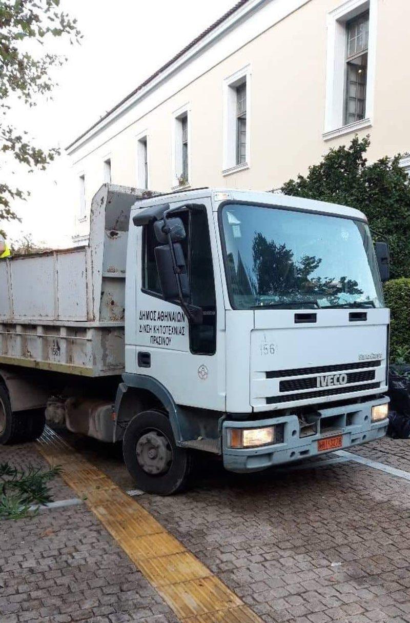 Φορτηγάκι του δήμου Αθηναίων έξω από τη Νομική Σχολή