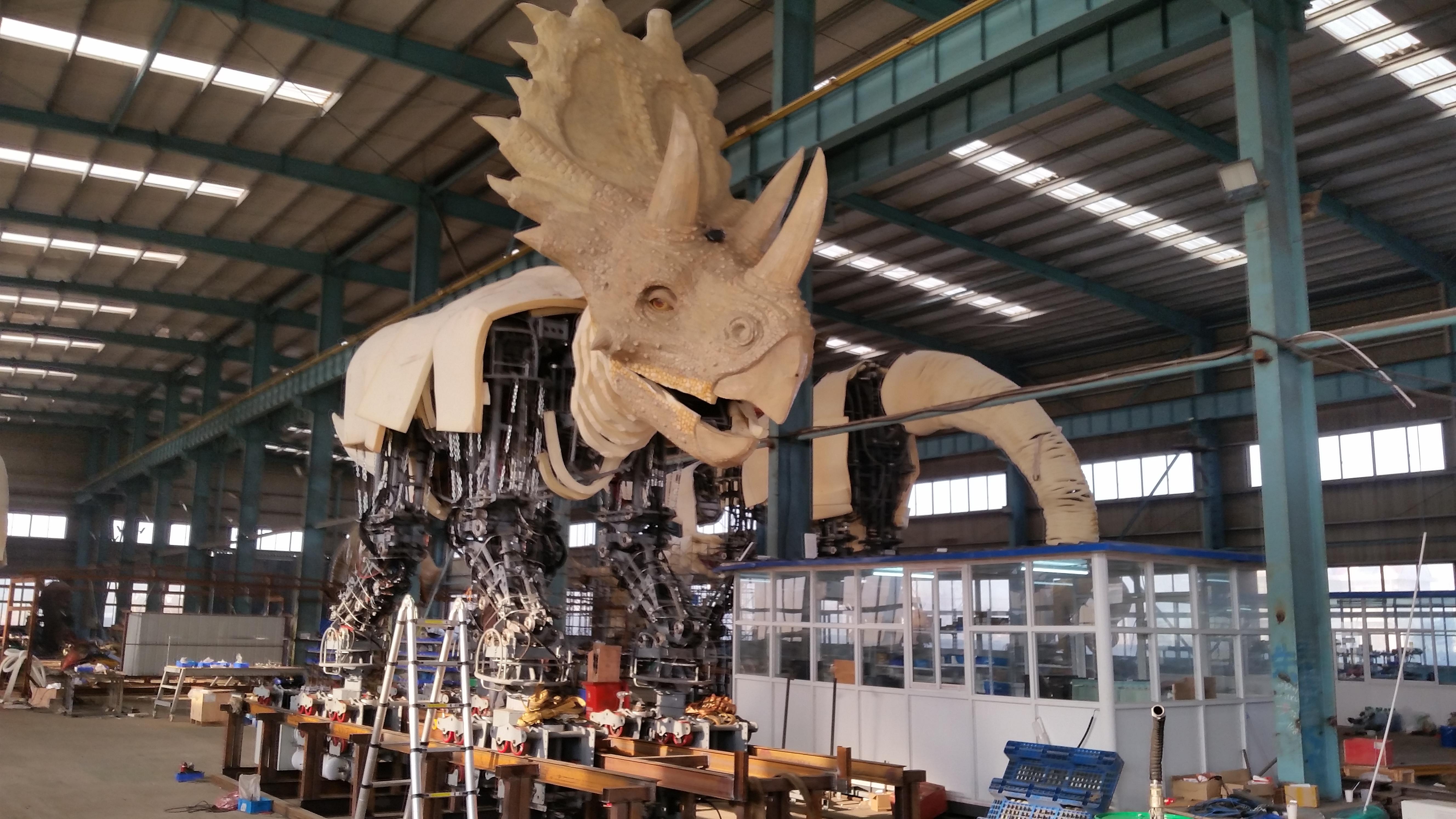 Ρομπότ δεινόσαυρος την ώρα που κατασκευάζεται
