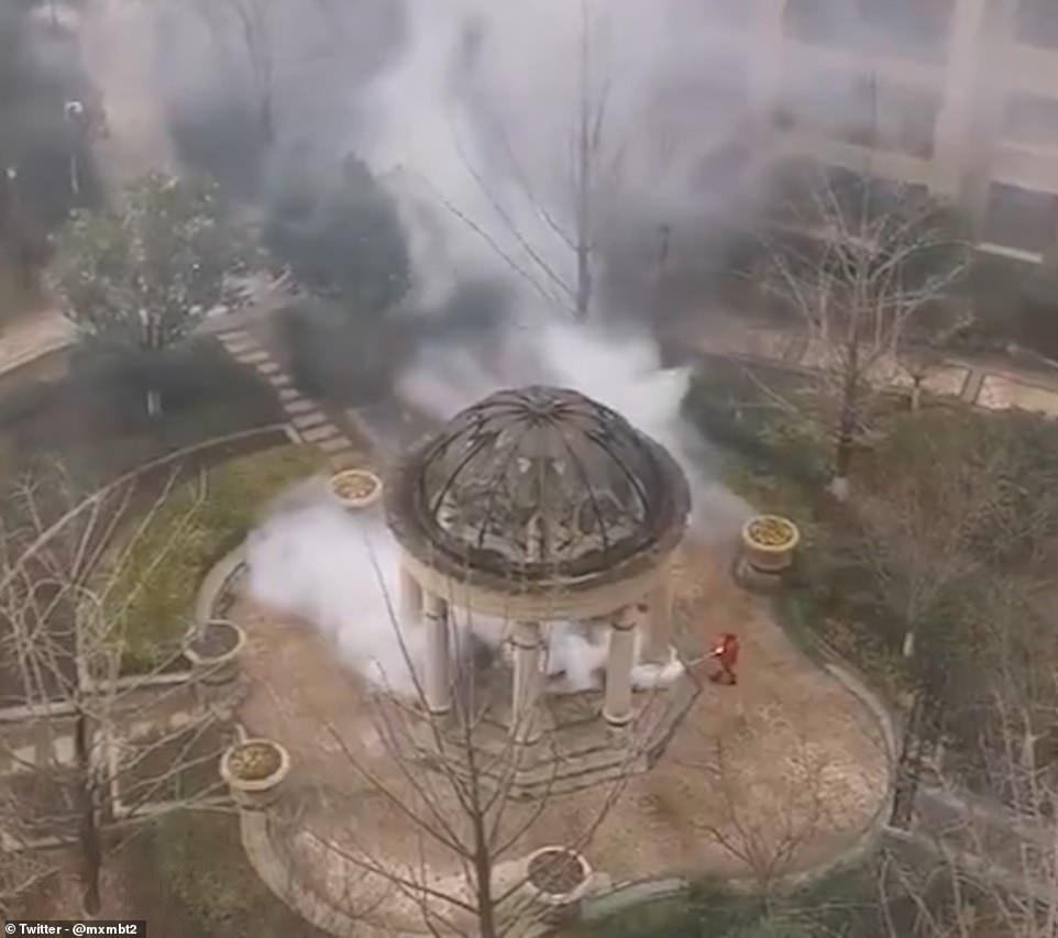 «Απολύμανση» σε αυλή οικοδομικού συμπλέγματος στο Βουχάν της Κίνας.